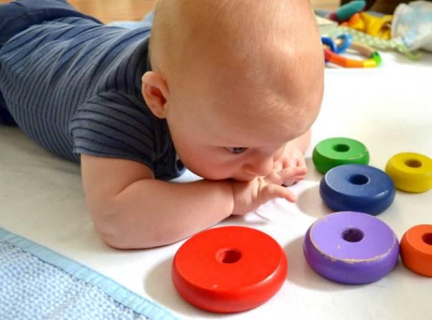 Ребенку 7 месяцев: особенности развития, игры и упражнения