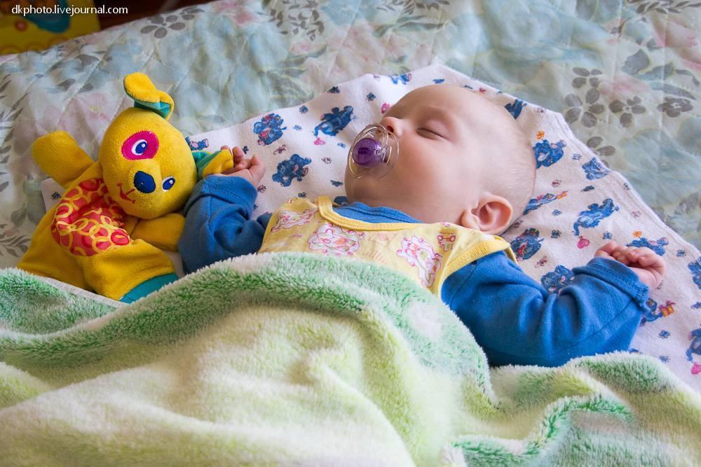 Когда ребенок начинает спать всю ночь: как приучить его, с какого возраста?