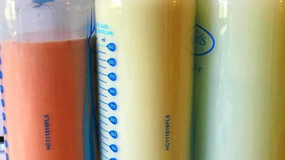 """Какого цвета должно быть материнское грудное молоко: """"нормы"""" и вариации оттенков от желтого до голубого"""