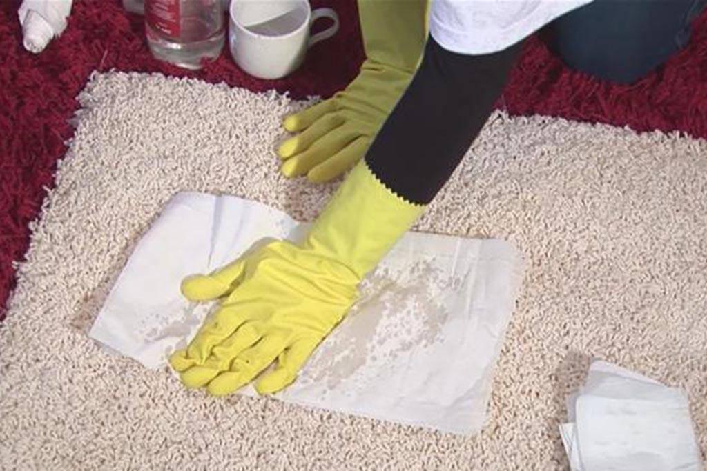 Как убрать запах мочи взрослого человека с дивана в домашних условиях: как почистить подручными средствами от пятен и чем отмыть, если народные методы не помогают?