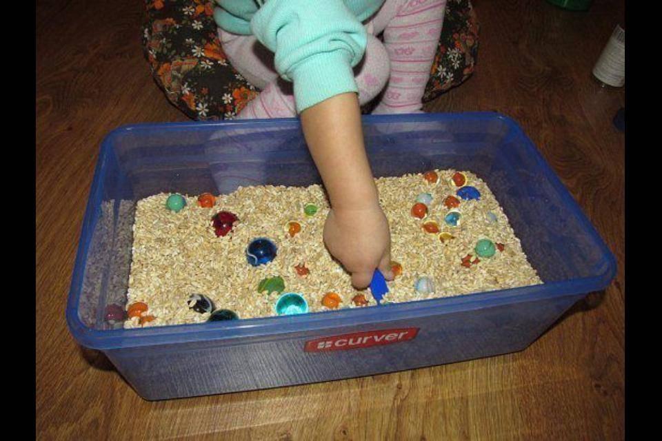 Для чего детям развивающие игрушки и как сделать их своими руками