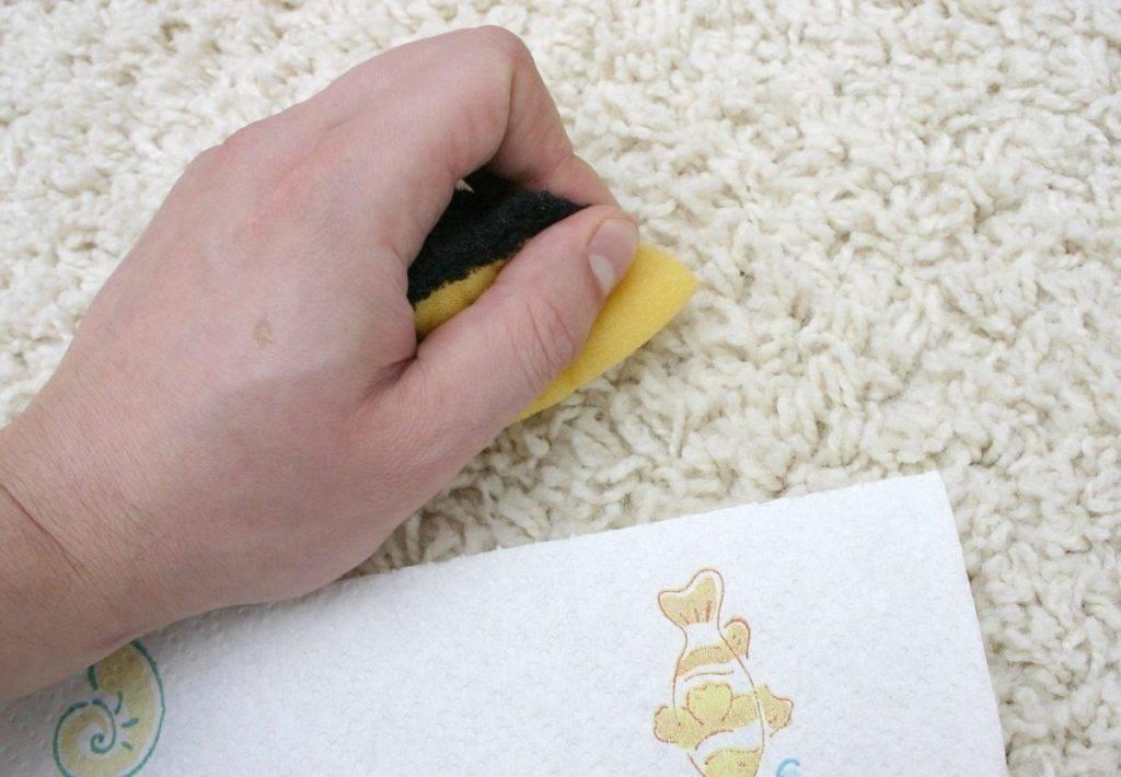 Как почистить палас в домашних условиях быстро и эффективно: не снимая с пола, избавиться от запаха, чем отмыть светлый и темный ковер?