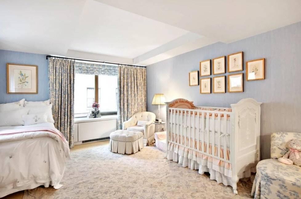 Кровать у окна: 40 фото, примеры в спальне и детской