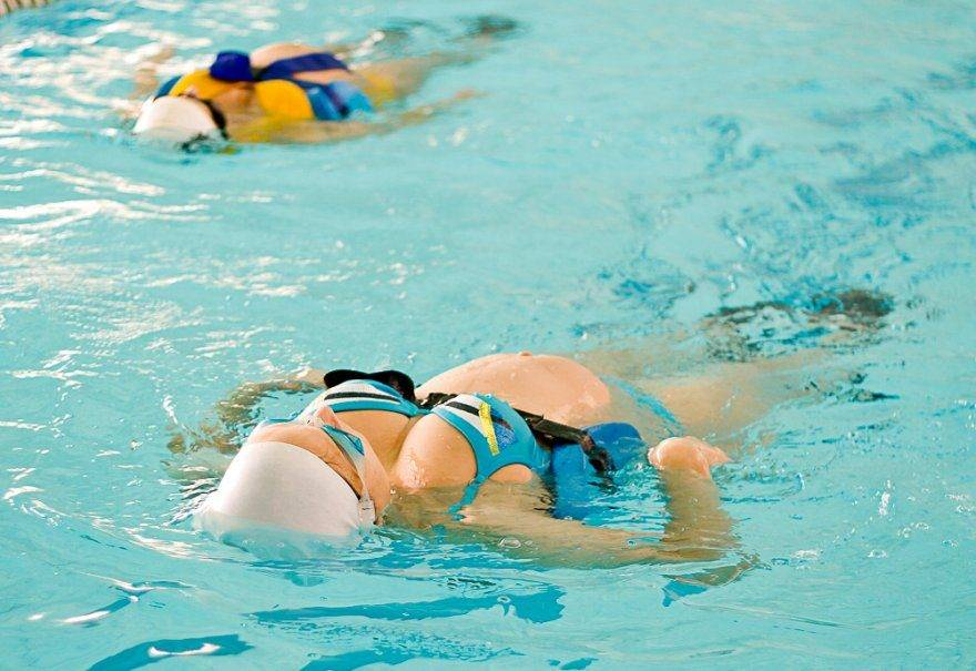 Можно беременным ходить в бассейн? плавание во время беременности – польза или вред?