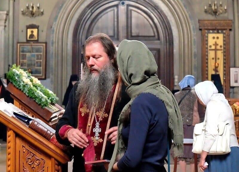 Можно ли с месячными ходить в церковь, можно ли причащаться и исповедоваться во время месячных, ответ священника