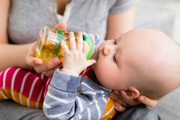 Как приучить ребенка к бутылочке или чашке