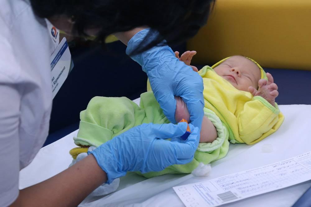 """Первый скрининг новорожденных. неонатальный скрининг - забор крови на """"пяточный тест"""""""