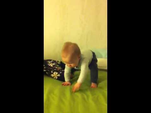 Когда ребенок начинает стоять: во сколько месяцев и как научить