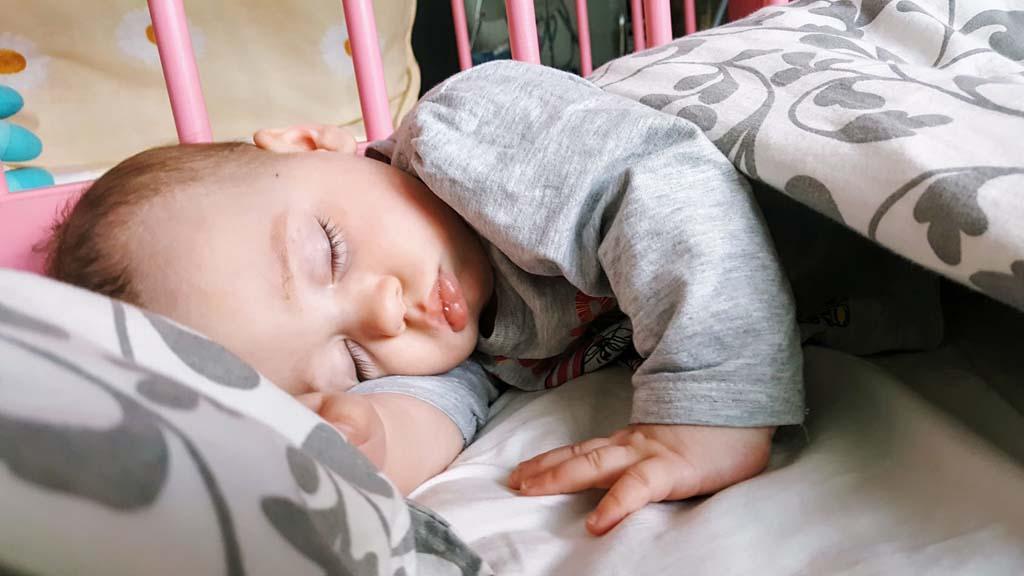 Беспокойный сон у грудничка: новорожденный ребенок тревожно спит, кряхтит, ерзает