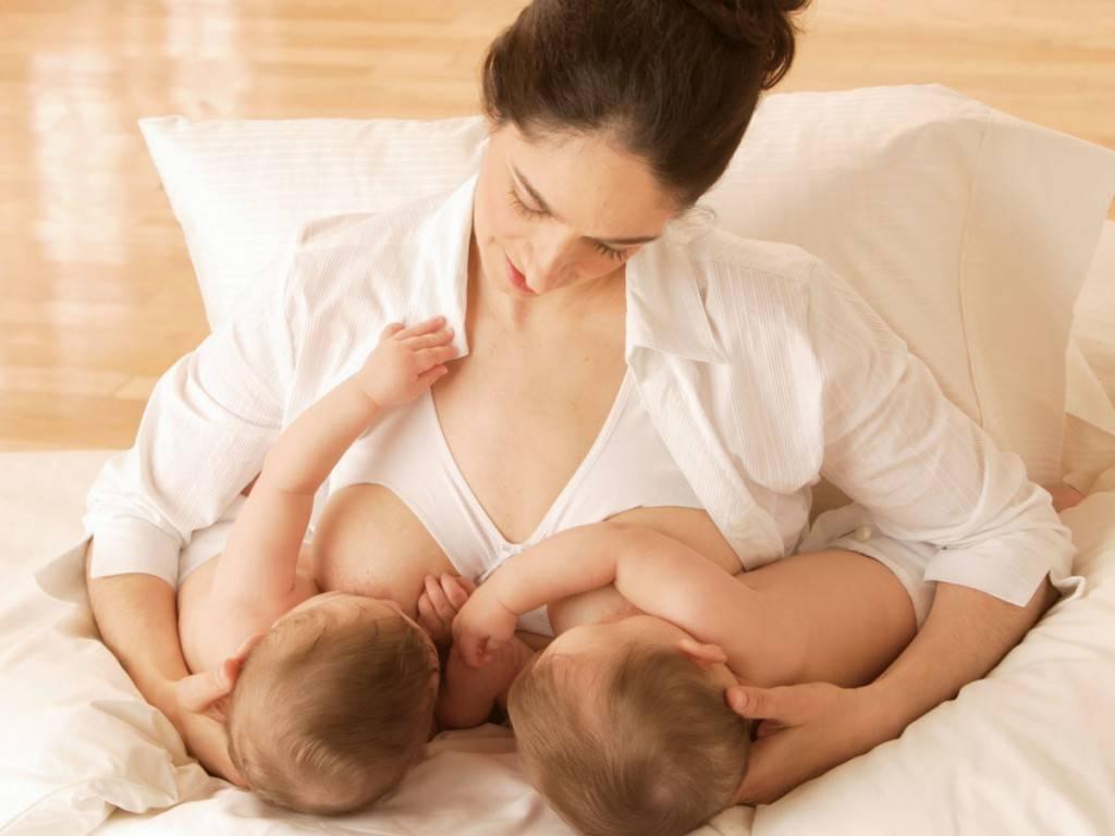 Позы для кормления двойни. кормление грудью двойняшек. от полугода и старше