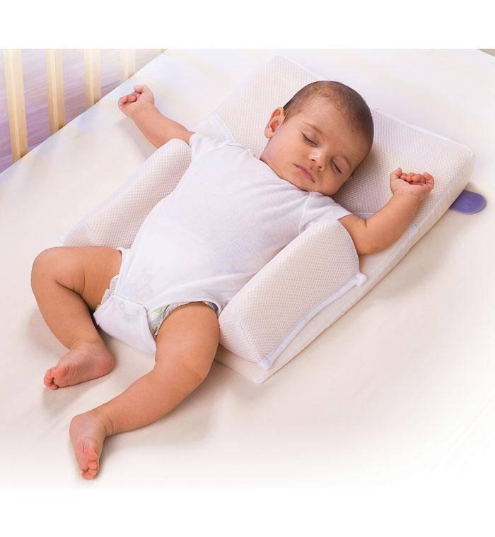 Ребенок спит попой кверху