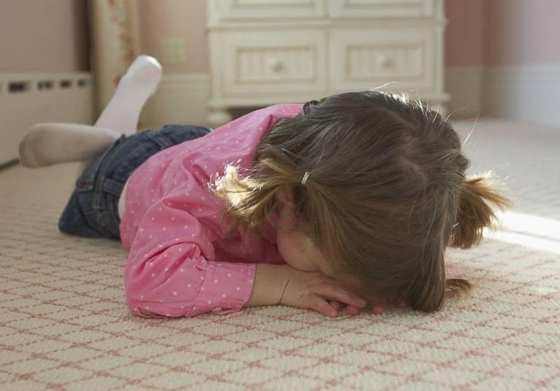 Что делать, если ребенок бьется головой?