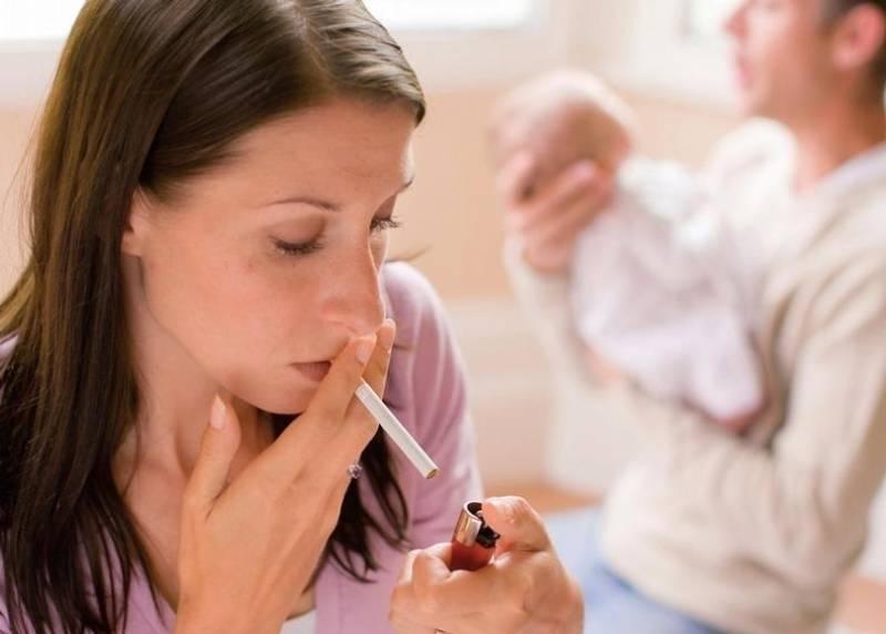 Можно ли курить кормящей маме?