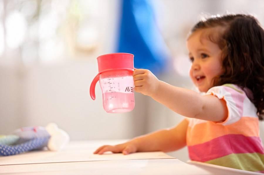 Как приучить ребенка пить из чашки в домашних условиях: с чего начать и сложности