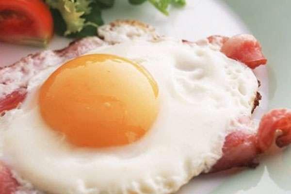 Можно ли кормящей маме яичницу?