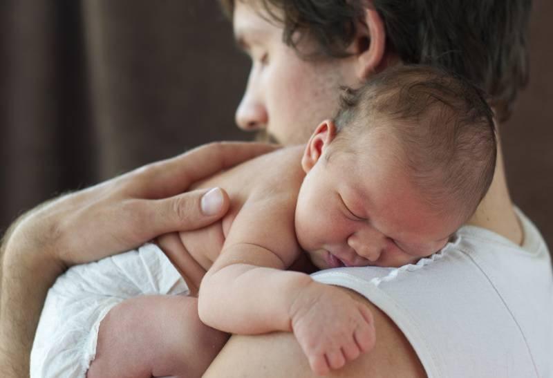 Как правильно держать новорожденного ребенка столбиком, при подмывании (фото)