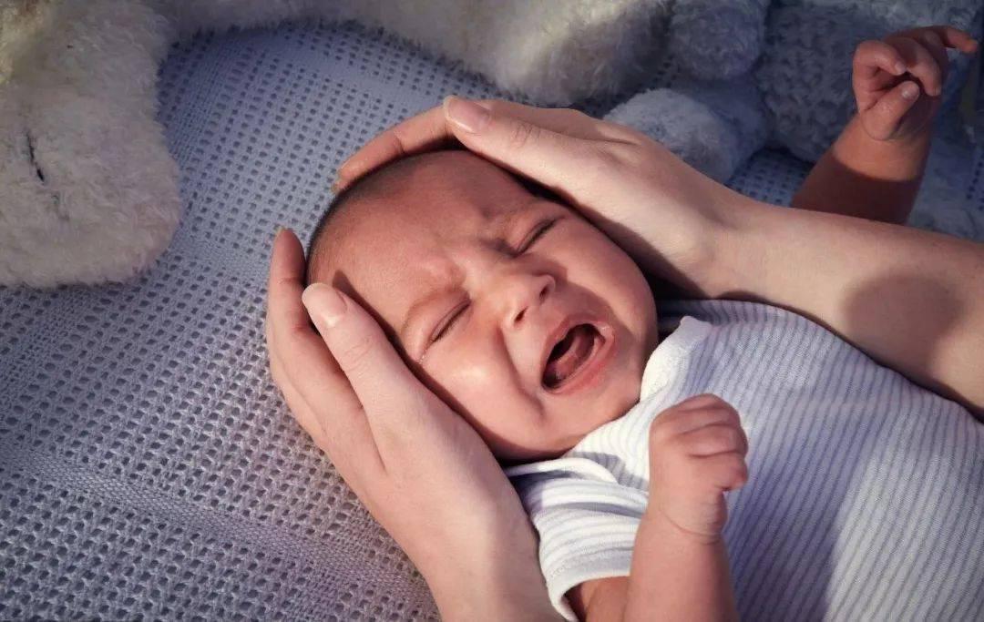 Новорожденный ребенок кряхтит во сне, младенец постоянное ерзает, грудничок очень ворочается: причины, почему малыш беспокойно спит в 1, 2, 3 месяца и много стонет
