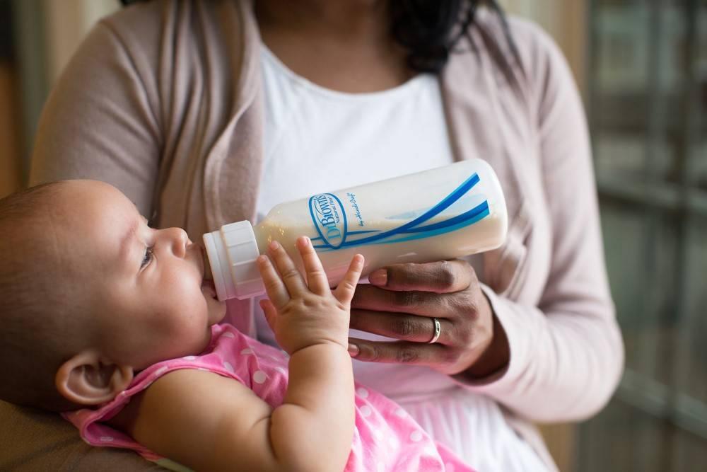 Почему грудной ребенок не пьет из бутылочки. как приучить ребенка к бутылочке: советы родителям