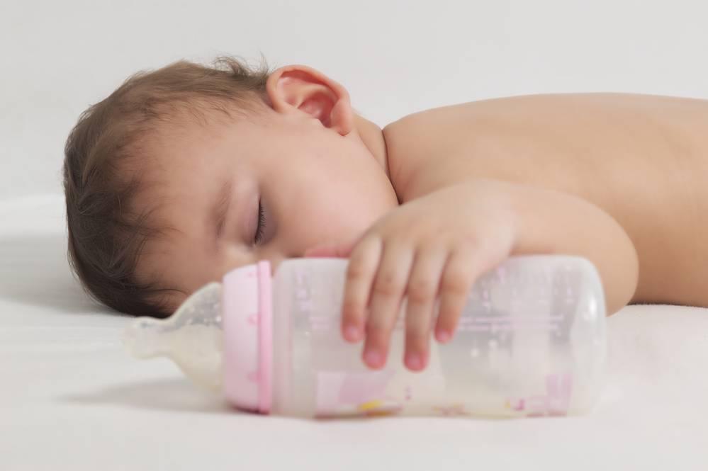 Помогите советом, как научить ребенка пить из бутылочки?