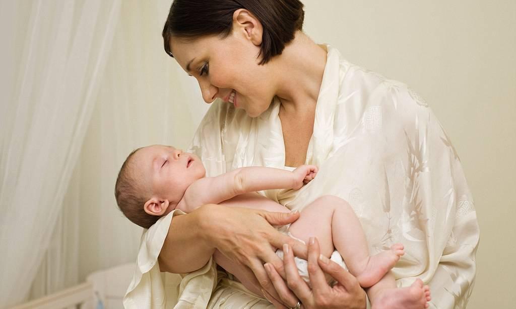 Как держать новорожденного столбиком: сколько, правильно после кормления - goodmummy.ru