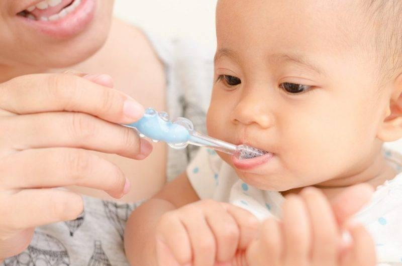 Когда начинать и чем чистить зубы ребенку?