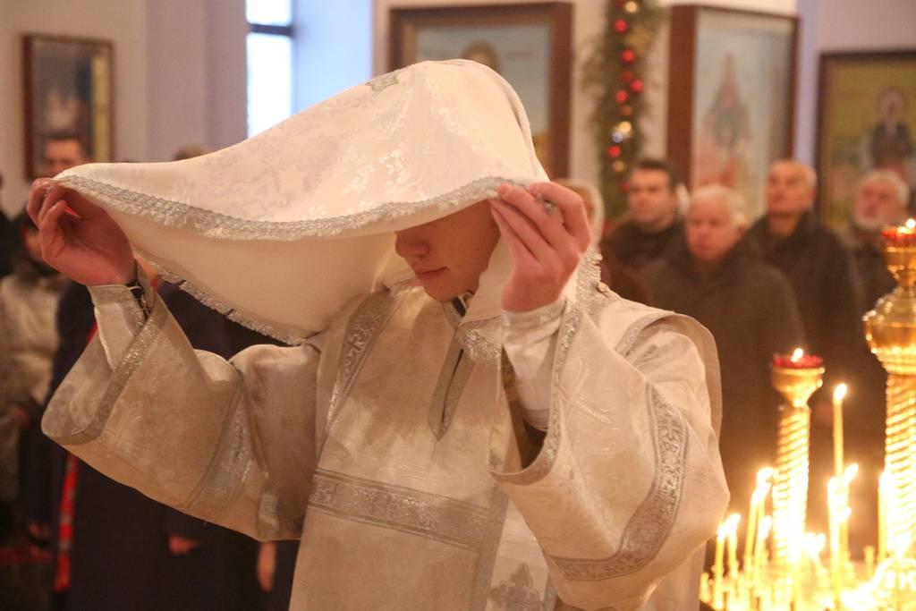 Можно ли ходить в церковь во время месячных: мнение православных священников