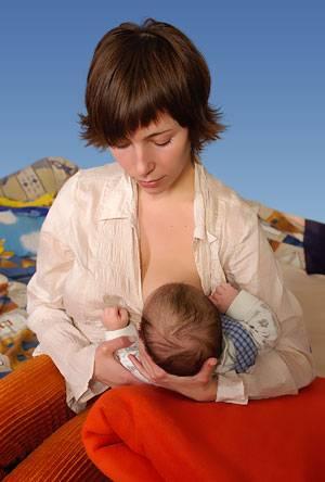 5 позиций для грудного вскармливания   pampers ru