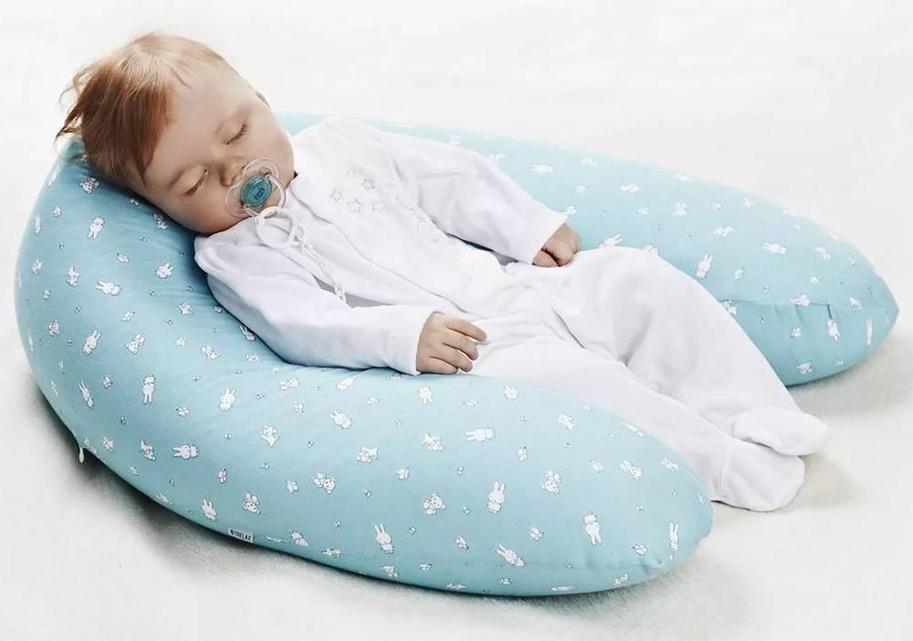 Нужна ли подушка новорожденному в кроватку или нет