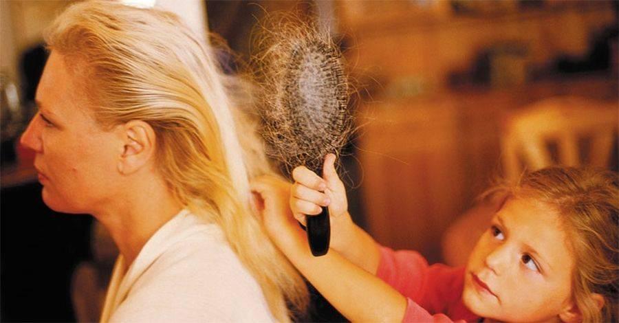Выпадают волосы после родов: когда это закончится?