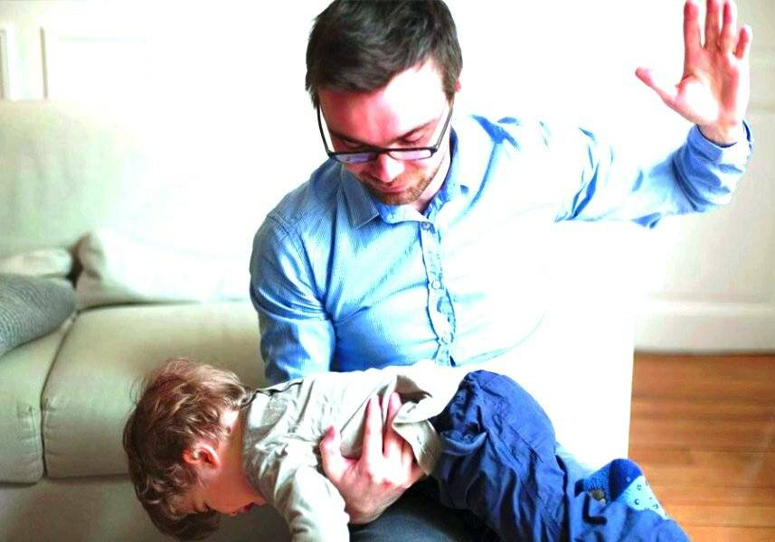 Почему ребенок бьет себя по голове? причины и методы исправить это