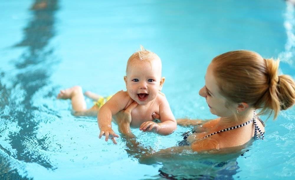Грудничковое плавание: чем полезно плавание грудничку и его родителям, какие проблемы младенца со здоровьем решает посещение грудничкового бассейна