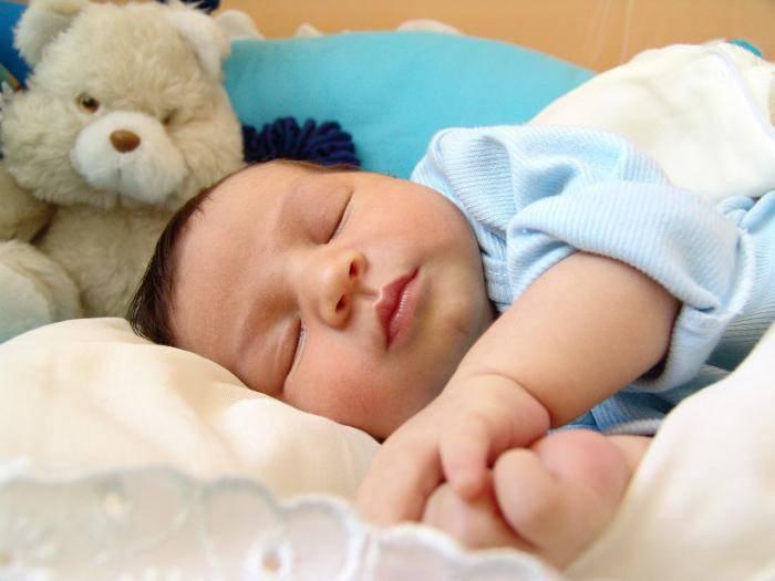 Когда грудной ребенок начинает беспрерывно спать всю ночь?
