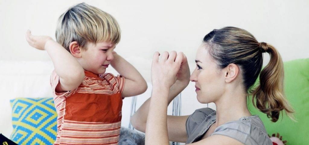 Ребенок бьет себя во время кормления. что можно с этим сделать? ответ