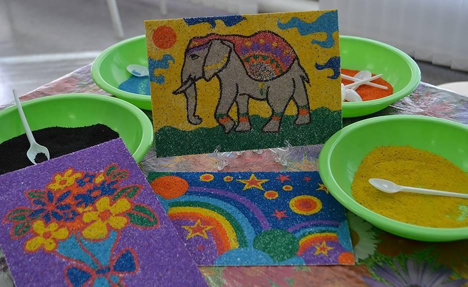Рисование разноцветным песком для детей