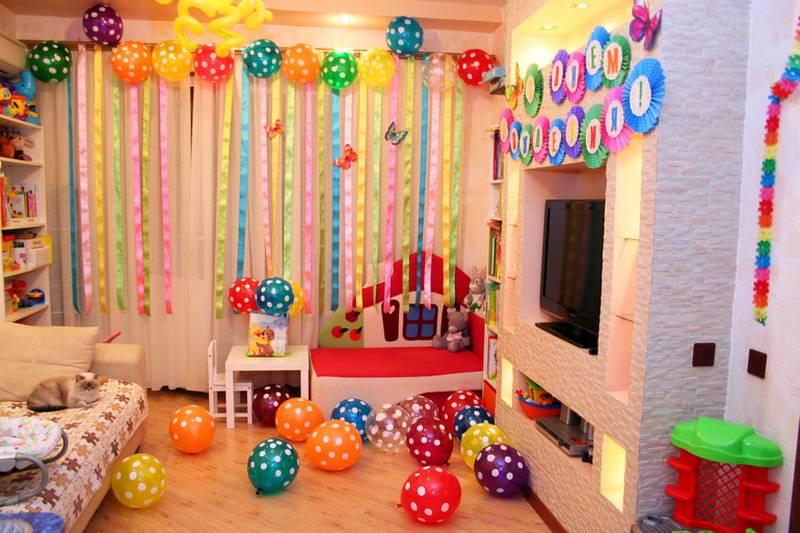 Как украсить комнату к дню рождения ребенка своими руками, чем оформить детскую мальчику и девочке?