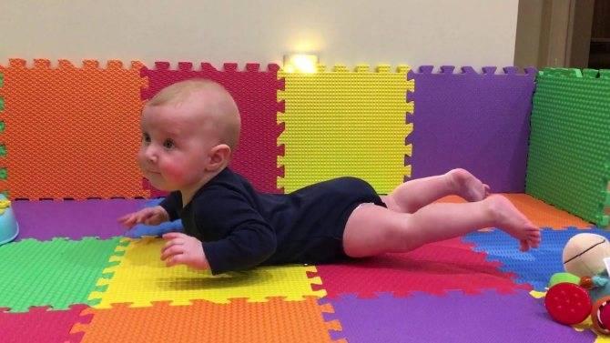 Как научить ребенка ползать на четвереньках в 5-6 месяцев