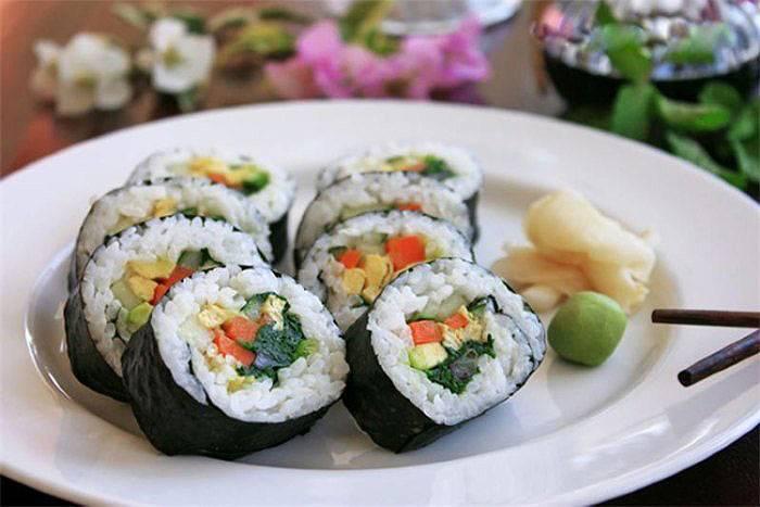 Роллы и суши при грудном вскармливании: можно ли есть кормящей маме в первый и последующие месяцы, особенности употребления при лактации