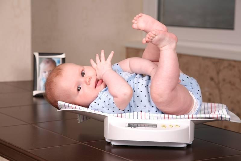 Ребенок в 7 – 8 месяцев не сидит и не ползает, доктор комаровский