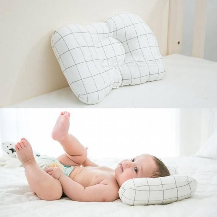 Нужна ли подушка для новорождённых в кроватку, как правильно выбрать изделие