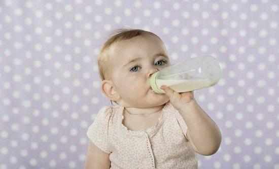 Как приучить ребенка к бутылочке. кормление из бутылочки