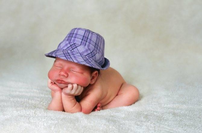 Во сколько месяцев малыш сам начинает держать голову