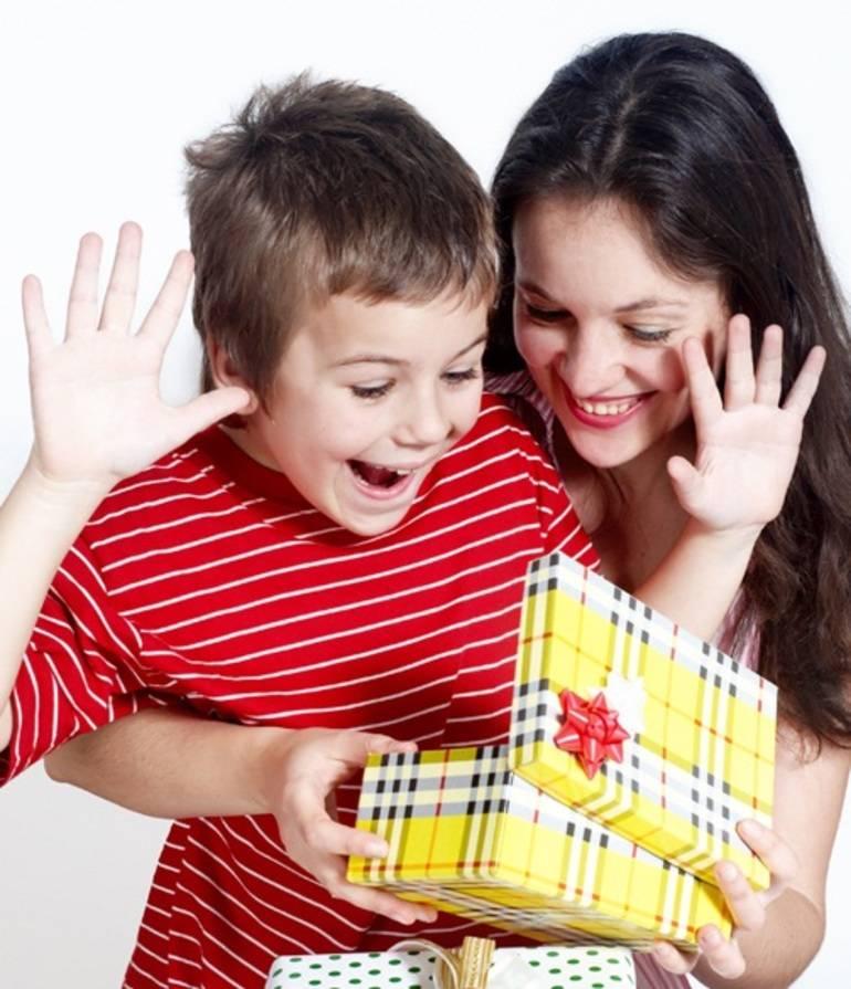 Что подарить мальчику на 4 года: более 20 крутых идей подарка