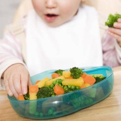 Приучаем ребенка жевать твердую пищу