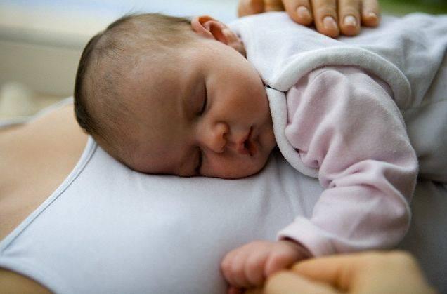 Когда можно класть на живот новорожденного