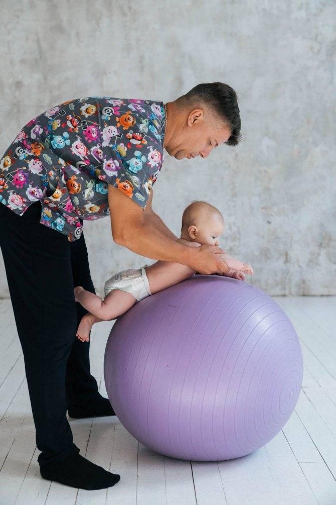 Фитбол для грудничков: упражнения, занятия, гимнастика с детьми от 1-3 месяцев | konstruktor-diety.ru