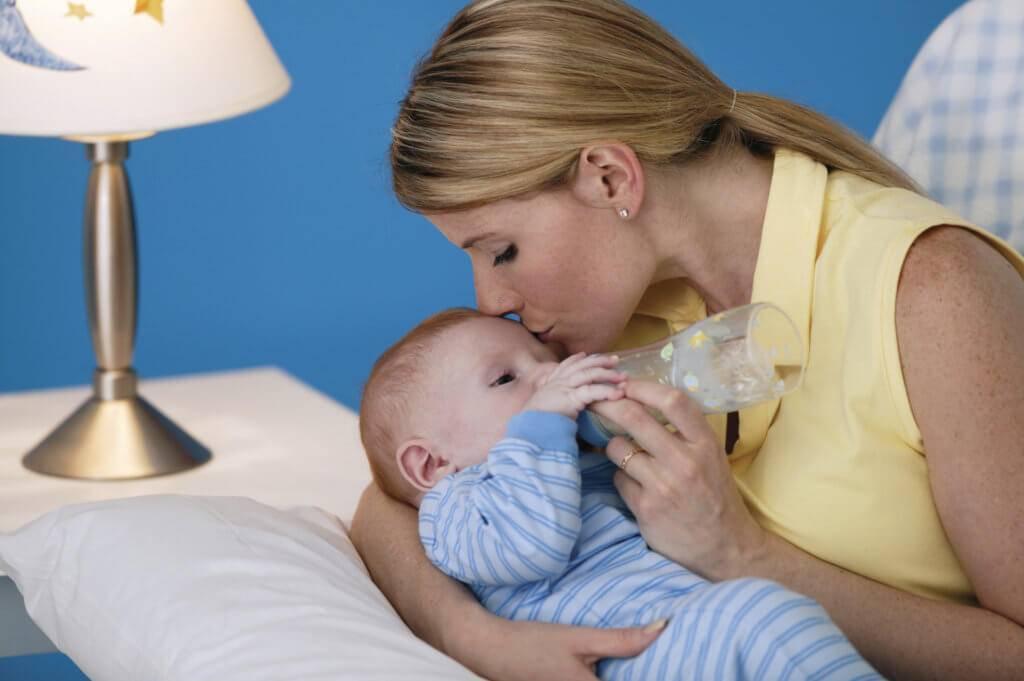 """Что делать, если кормящая мама застудила грудную железу: симптомы и лечение """"простуды груди"""" во время лактации"""