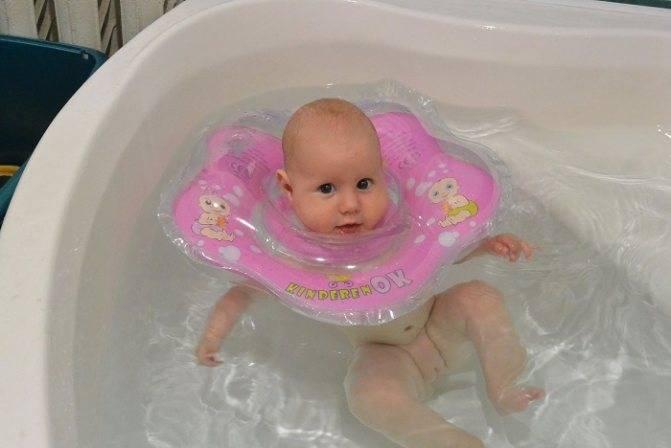 Круг для купания новорожденных: польза или вред, правила выбора и использования