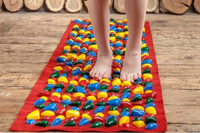 Особенности массажного коврика для ног, его изготовление своими руками