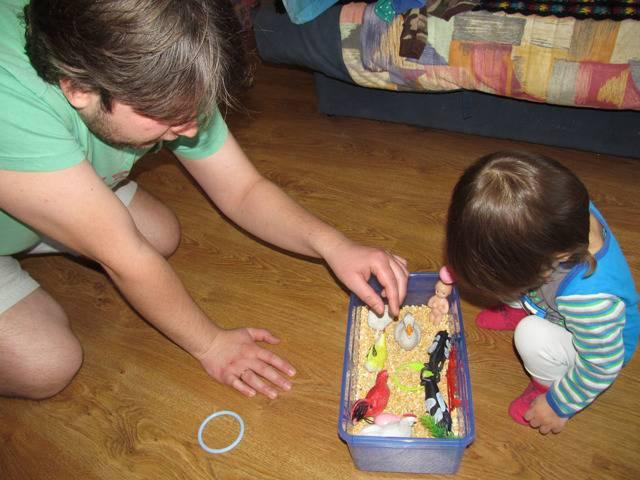 Как сделать сенсорную коробку для 3-летнего ребёнка?