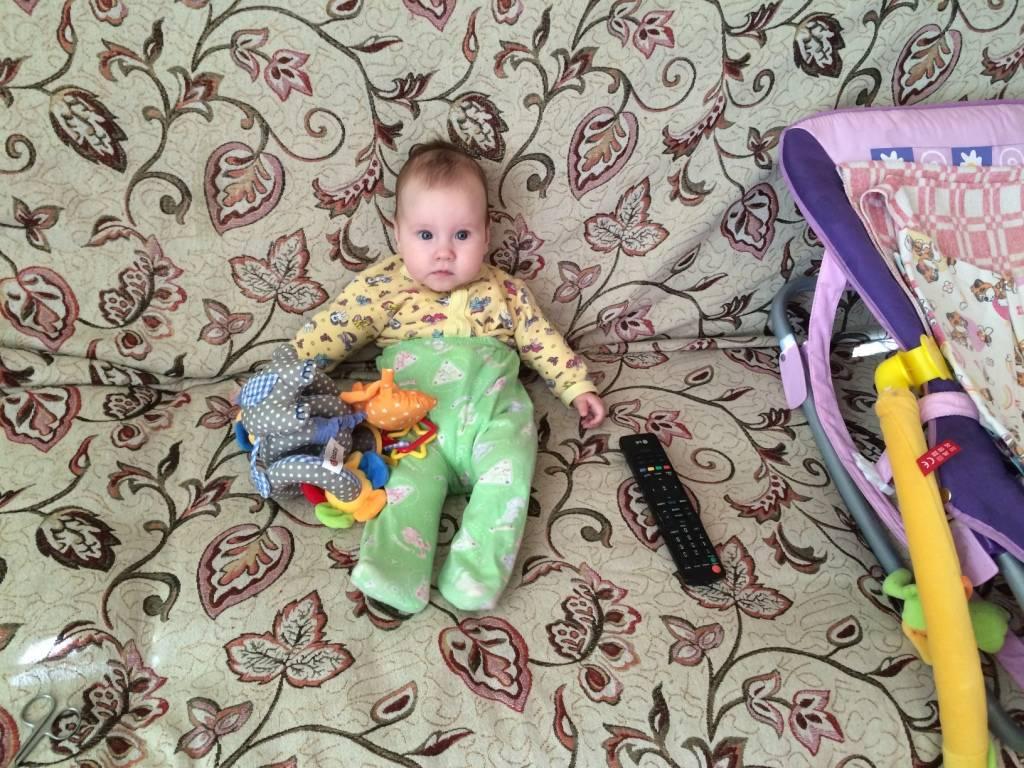 Когда ребенок начинает сидеть и можно ли присаживать детей специально